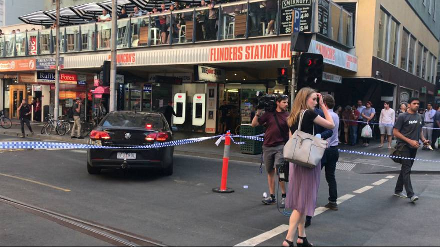 Avustralya'da araç kalabalığa daldı