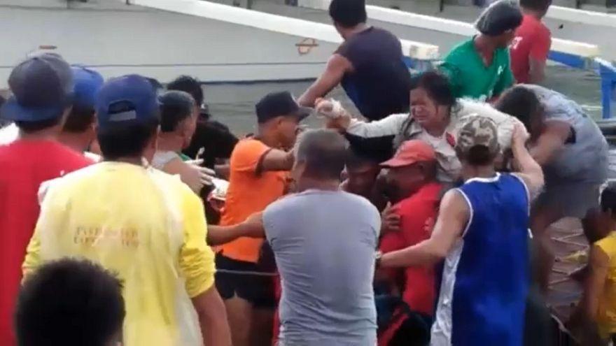 Ferry com 250 pessoas a bordo naufragou ao largo das Filipinas