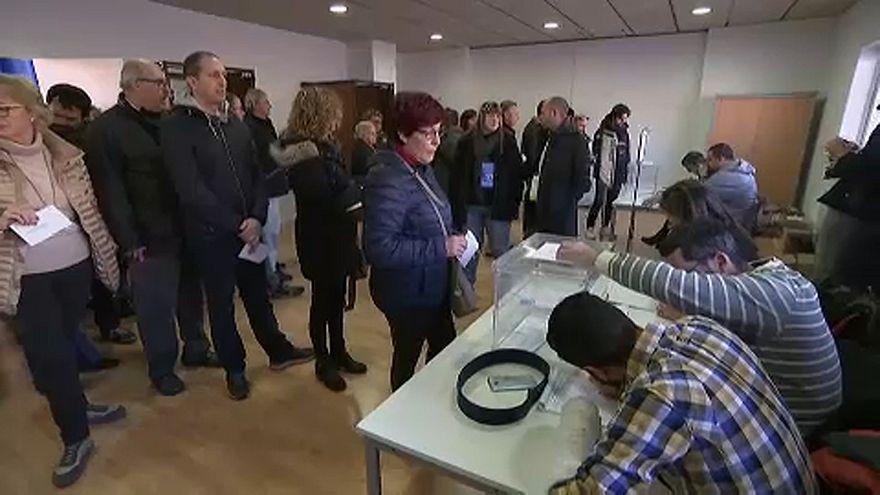 Elkezdődtek az előrehozott parlamenti választások Katalóniában