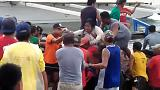 Varias personas ayudan a desembarcar a una superviviente del ferry