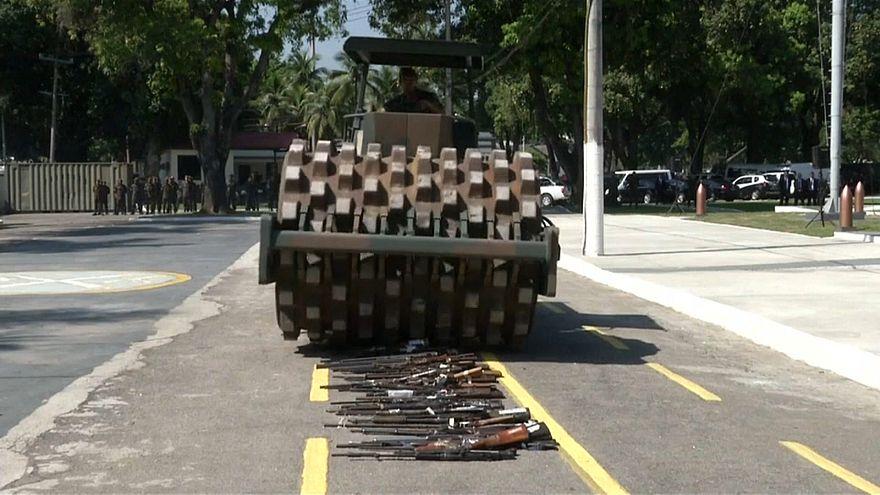 آلية عسكرية تدمر سلاحا مصادرا في البرازيل