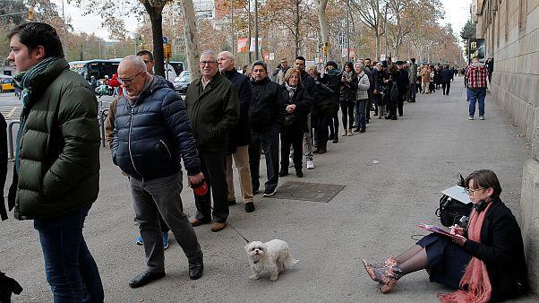 Жители Барселоны стоят в очереди на участок