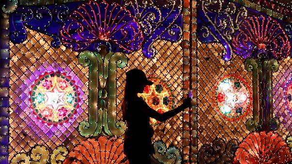Evlerini binlerce ışıkla donattılar