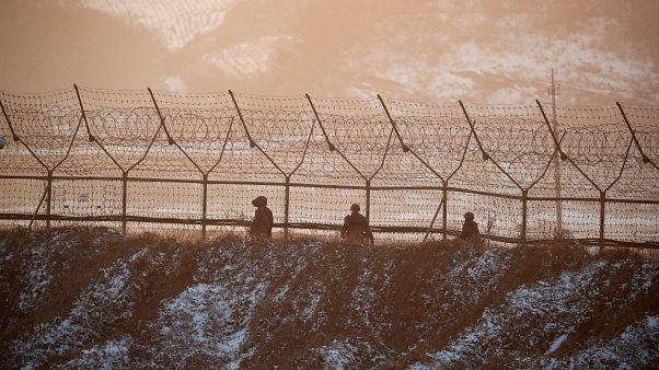 Un soldado norcoreano cruza la frontera con Corea del Sur