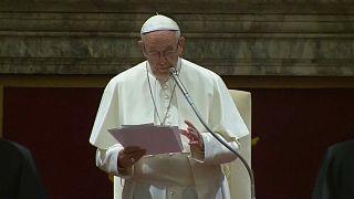 Auguri del Papa con tiratina d'orecchie alla curia