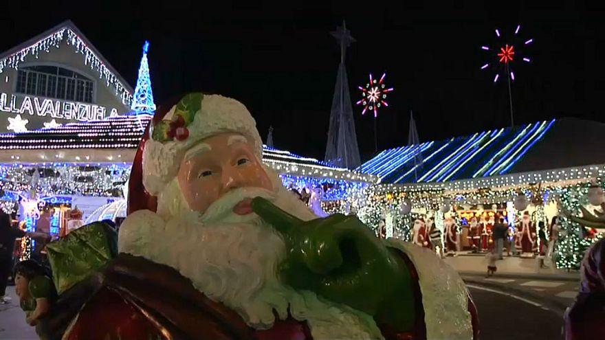 منزلان خاصان يفتحان أبوابهما لاحتفال العامة بعيد الميلاد