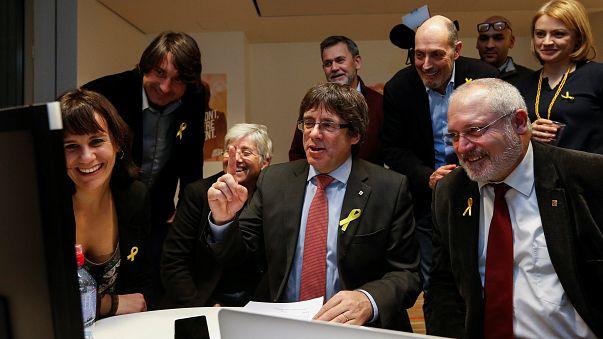 شاهد.. من منفاه في بروكسل بودجمون يتابع نتائج الانتخابات في كتالونيا