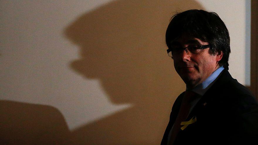 Carles Puigdemont elhagyja a színpadot győzelmi beszéde után