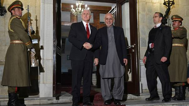نائب الرئيس الأميركي مايك بنس والرئيس أشرف غاني في القصر الرئاسي في كابول