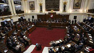 Peru Devlet Başkanı azledilmekten kurtuldu