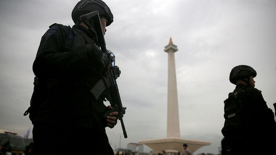 عنصرا أمن في العاصمة الإندونيسية جاكرتا