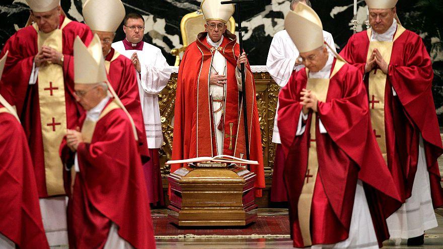 Cardinale Law: polemica sui funerali in Vaticano