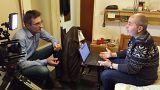 یزن عوض، قربانی شکنجه در سوریه با هانس ون دربرلی، خبرنگار یورونیوز