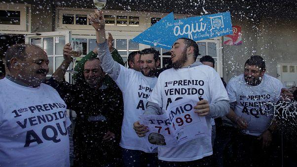 """جانب من الاحتفالات بعد صدور نتائج جائزة اليانصيب الإسباني """"الغوردو"""" 2017"""