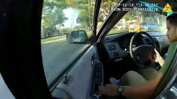 Un policier accroché à une porte de voiture s'en sort sain et sauf