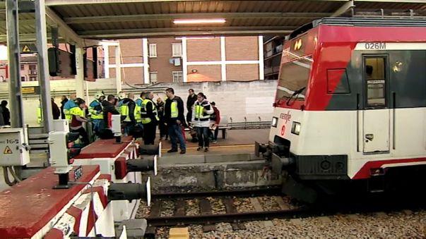Treno in stazione non frena: schianto sulla barriera, feriti