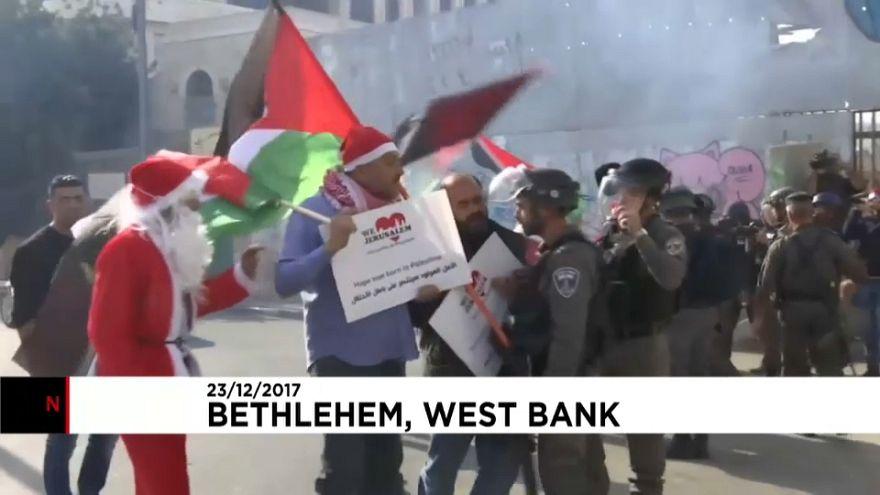 Palestinianos vestidos de Pai Natal em confronto com polícias israelitas