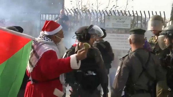 Palestinos vestidos de Papá Noel se encaran a soldados israelíes