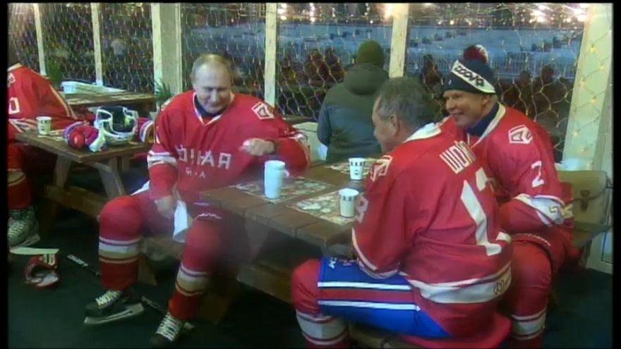 Putin juega al hockey sobre hielo en la Plaza Roja de Moscú
