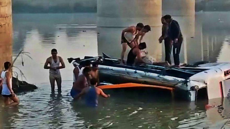 سقوط یک اتوبوس از روی پلی در هند ۳۳ کشته برجای گذاشت