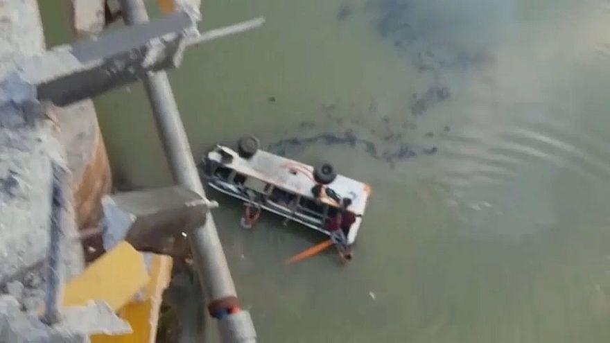 Hindistan: Otobüs köprüden geçerken nehre uçtu