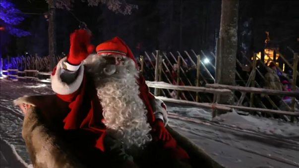 Il rito del Natale nel mondo, tra tuffi, renne e panettoni