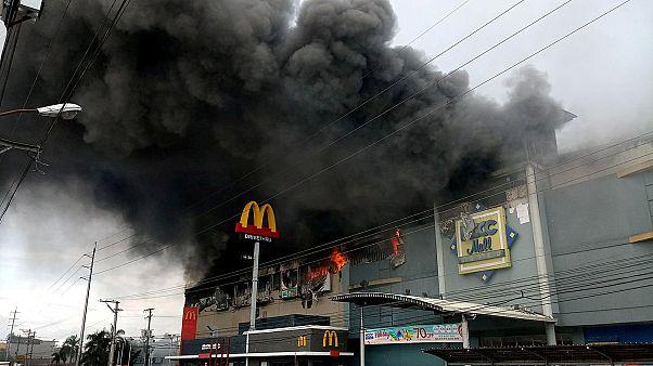 Les Philippines endeuillées après une tempête et un incendie