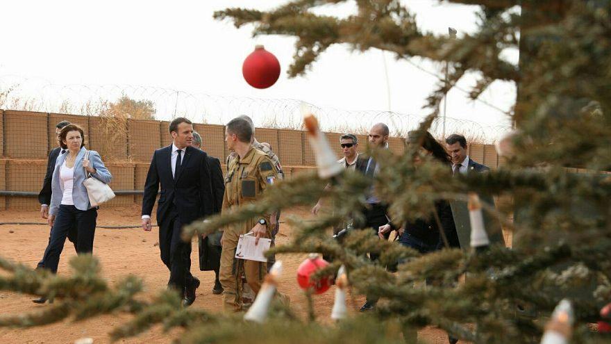 بالصور: ماكرون يحتفل بعيد ميلاده وأعياد الميلاد مع الجنود في النيجر