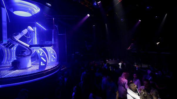 Robot DJ-vel újít egy prágai klub