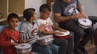 A música como fator de integração para as crianças num campo de refugiados em Lesbos