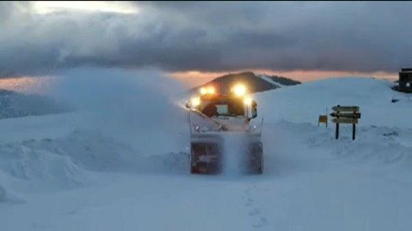 Autósok akadtak el a hóban Romániában