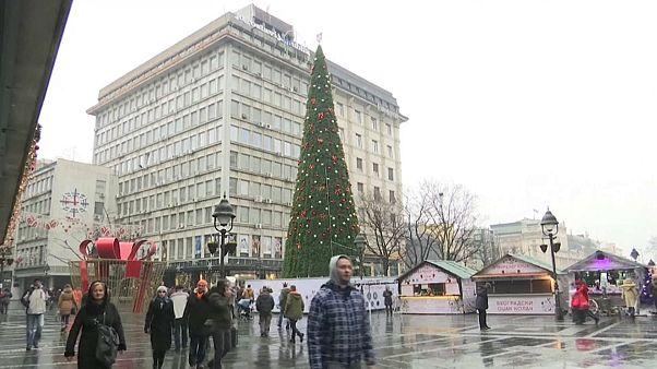 L'abete di plastica allestito in piazza a Belgrado