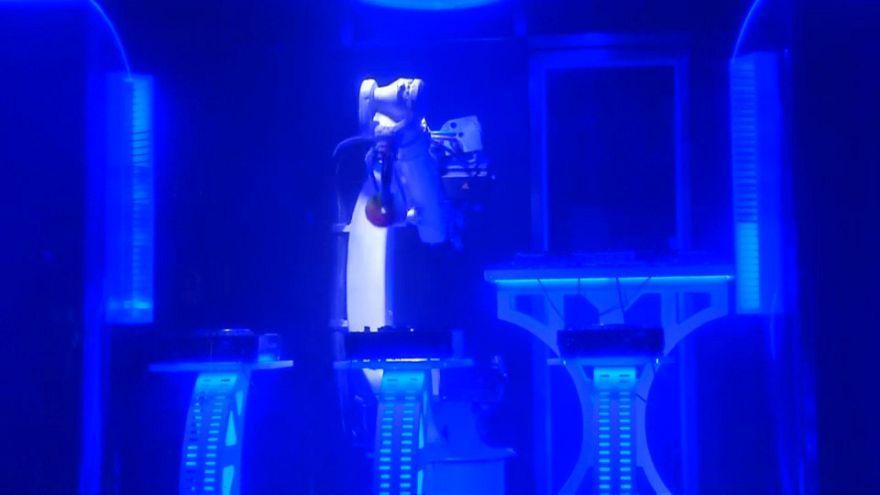 Prag'da sahne alan DJ robot ilgi çekiyor