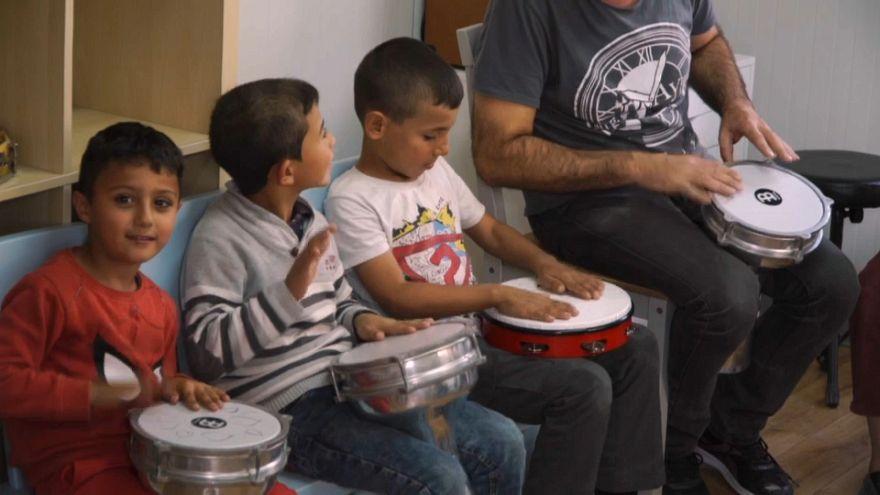 La música como lenguaje universal en un campamento de refugiados en Grecia
