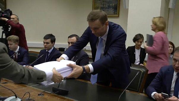 Russia: Alexei Navalny presenta le firme alla commissione elettorale per ottenere la candidatura