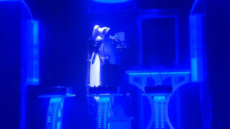 Prag: ein Roboter als DJ