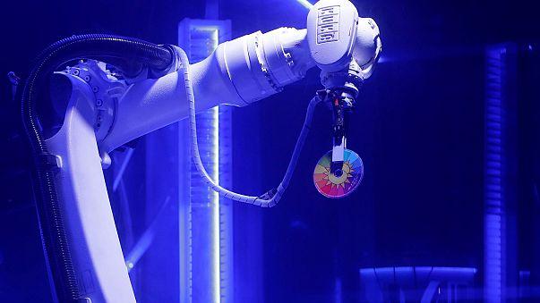 Вкалывают роботы, пляшет человек