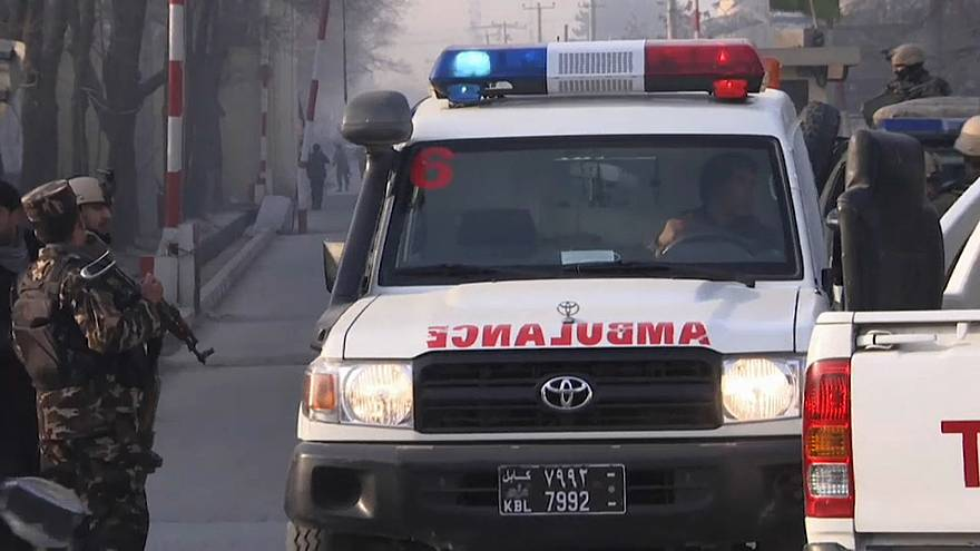 Ein Rettungswagen am Anschlagsort in Kabul.