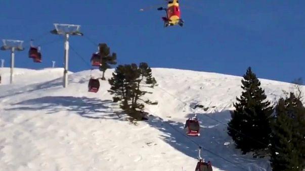 Helikopterről eresztik le a hegyimentőket a Chamrousse-i felvonóhoz