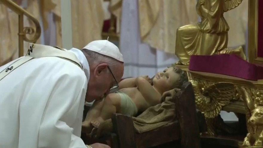 El papa pide hospitalidad para los migrantes en la misa del gallo