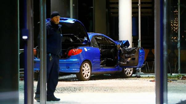 Ein Auto ist in den Eingang des Willy-Brandt-Hauses in Berlin gerast.