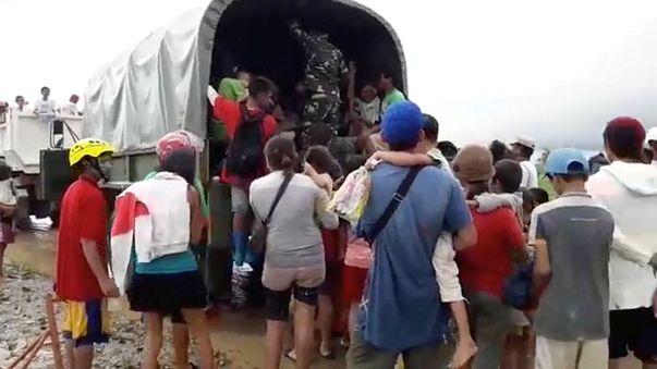 """Разрушительный """"Тембин"""": жертвы на Филлипинах, эвакуация во Вьетнаме"""