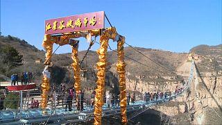 شاهد: الصين تفتتح أطول جسر زجاجي في العالم