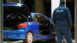 Az elkövető megrongálódott autója a Willy Brandt Haus recepciójánál