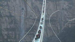 Dünyanın en uzun cam köprüsü ziyarete açıldı