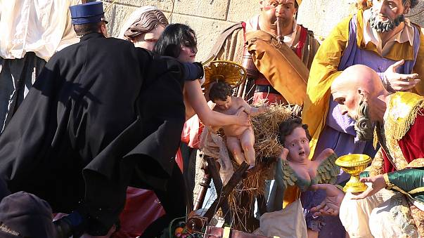 Ativista topless tenta roubar menino Jesus do presépio no Vaticano