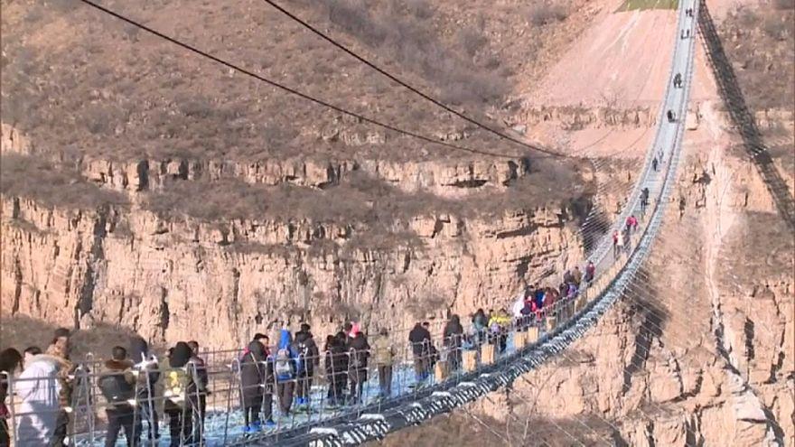 Cina: inaugurato il ponte di vetro più lungo del mondo