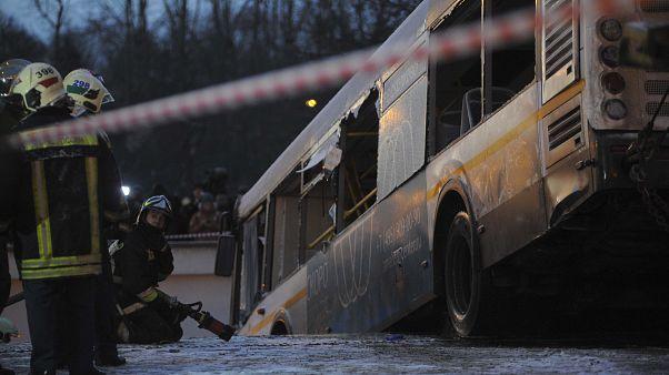Rettungskräfte ziehen den Bus aus der Unterführung.