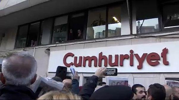 """Turquie : tensions à la reprise du procès """"Cumhuriyet"""""""