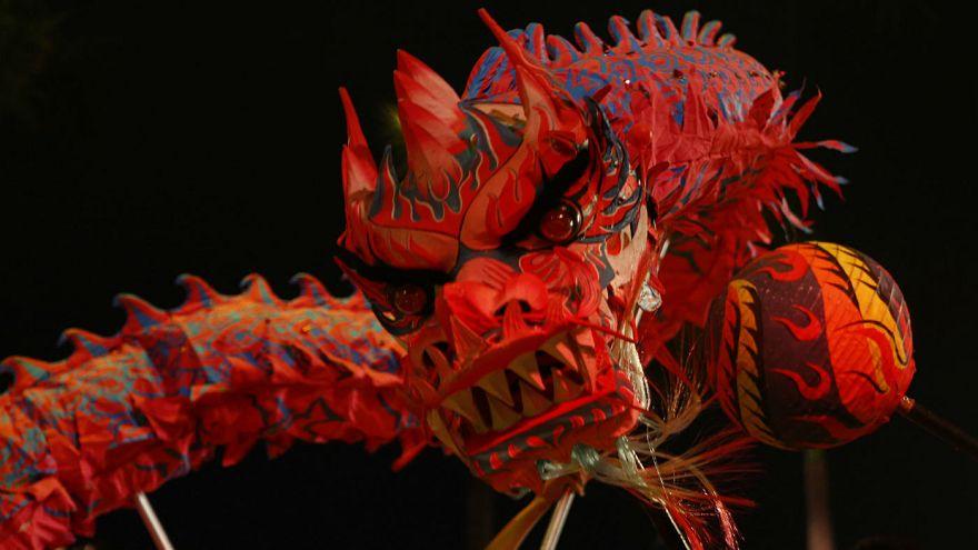 شکوه زمستان؛ رقص باشکوه اژدها در چین